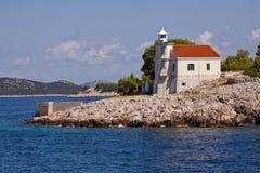 Croácia, farol de Prisnjak em uma ilhota do arquipélago de Murter imagens de stock royalty free
