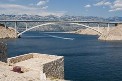 Croácia, ilha do Pag, ki do ¡ de PaÅ mais, ponte do ki do ¡ de PaÅ, ponte, torre de vigia, velha, ruínas, ensolaradas, ilha de Pa imagem de stock