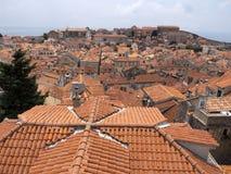 A Croácia velha de Dubrovnik da cidade, poço manteve construções de pedra medievais Imagem de Stock