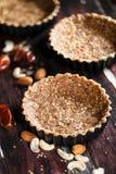 Croûte au goût âpre de Vegan avec des amandes, des noix de pécan, des graines de sésame et la date Images stock