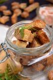 Croûtons faits de pain blanc avec la saveur des crevettes, des crabes ou des poissons Image libre de droits