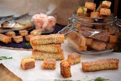 Croûtons faits de pain blanc avec la saveur des crevettes, des crabes ou des poissons Image stock