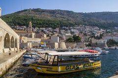 Cro?cia Dubrovnik - 22 de julho de 2018 Vista geral ? cidade velha e ao beliche com os navios imagem de stock