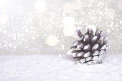 CRO (coordinadora) y árbol miniatura de Papá Noel de la Navidad en nieve sobre fondo borroso del bokeh, la imagen de la decoració Imagen de archivo libre de regalías