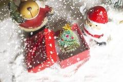 CRO (coordinadora) y árbol miniatura de Papá Noel de la Navidad en nieve sobre fondo borroso del bokeh, la imagen de la decoració Fotos de archivo