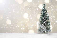 CRO (coordinadora) y árbol miniatura de Papá Noel de la Navidad en nieve sobre fondo borroso del bokeh, la imagen de la decoració Imagenes de archivo