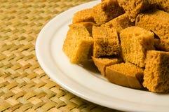 Croûtons de pain blanc sur le plan rapproché blanc de plat Photographie stock libre de droits