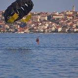 Croacia, isla de Ciovo - dos muchachas y un muchacho que goza del mar se lanzan en paracaídas Foto de archivo libre de regalías