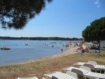 Croacia, Istra - 19 de julio de 2010 La playa en Medulin fotografía de archivo libre de regalías