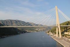 Croacia, la vista del puente cable-permanecido a través de la bahía a través de Dubrovnik Fotos de archivo libres de regalías