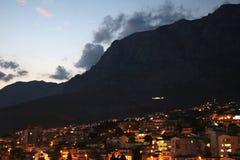 Croacia Makarska noche foto de archivo