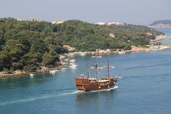 Croacia, nave vieja en la bahía de Dubrovnik Fotos de archivo