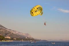 Croacia Parashut cerca de la costa de Makarska del mar adriático Foto de archivo