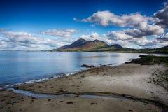 Croagh帕特里克霍莉山大海和多云蓝天 库存图片