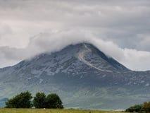 Croagh Πάτρικ στα σύννεφα, Ιρλανδία Στοκ Εικόνες