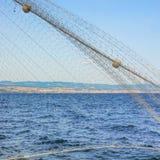 Croata Adriático en la costa de Rijeka con la red de pesca en el primero plano Imagenes de archivo