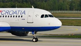 Croatia Airlines acepilla el carreteo en el aeropuerto de Francfort, FRA almacen de metraje de vídeo