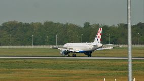 Croatia Airlines acepilla en el aeropuerto de Francfort, FRA almacen de metraje de vídeo