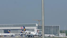 Croatia Airlines surfacent le décollage de l'aéroport de Munich, MUC banque de vidéos