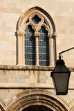 croatia dubrovnik Invecklat fönster i en barock fasad Royaltyfri Bild