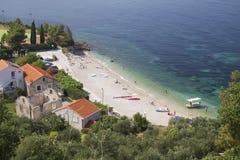 Croatia: La playa adentro Plat Foto de archivo