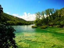 Croatia. Rio, água desobstruída, parte inferior verde. Fotografia de Stock Royalty Free