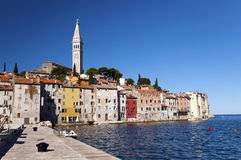 Croatia - Rovinj - casas y campanario de una iglesia Fotos de archivo libres de regalías