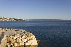 Croatina在日落光,没人的峭壁海岸线  免版税库存照片