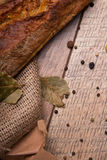 Croccante, pane croccante su un fondo di legno Primo piano delle baguette con le spezie su un fondo della tavola Pasticceria fran Fotografie Stock