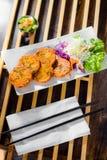 Crocchetta di pesce tailandese con salsa fredda dolce Fotografia Stock