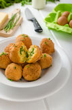 Crocchette casalinghe della patata con parmigiano e la erba cipollina immagini stock libere da diritti