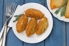 Crocchette del pesce sul piatto immagine stock