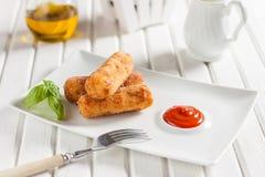 Crocchette del pollo con formaggio su un fondo bianco Fotografie Stock Libere da Diritti