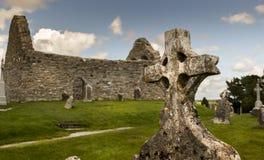 Croce celtica in cimitero irlandese antico durante la luce di giorno Immagine Stock