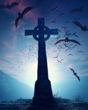 Croce celtica con lo sciame dei pipistrelli Fotografie Stock Libere da Diritti
