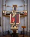 Croce di legno antica nella cattedrale Immagini Stock