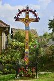 Croce nel villaggio di Dezmir Fotografia Stock Libera da Diritti