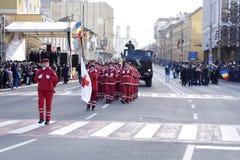 Croce rossa rumena alla parata immagini stock