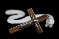 Croce su una priorità bassa nera Fotografie Stock