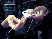 crochet Пряжа вязания крючком женщины белая на темной предпосылке Конец-вверх стоковое изображение rf
