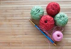 Crochet d'or pour le tricotage et les boules multicolores Tricotage de mamie métiers faits maison Photos stock