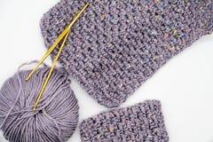 Crochet de crochet d'or et couleur différente des fils Photos stock