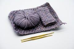 Crochet de crochet d'or et couleur différente des fils Photographie stock libre de droits
