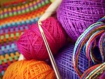 Crochet de crochet et boules de fil coloré Photos libres de droits