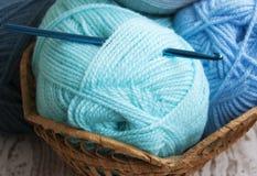 Crochet de crochet et fil à tricoter Photo libre de droits