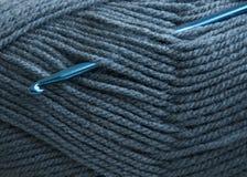 Crochet de crochet et fil à tricoter Photos stock