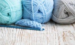 Crochet de crochet et fil à tricoter Photographie stock