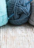 Crochet de crochet et fil à tricoter Images stock