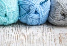 Crochet de crochet et fil à tricoter Photographie stock libre de droits