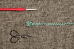 Crochet de crochet, fil tricoté, et bouts de fil Photo libre de droits